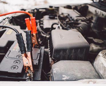 recharger la batterie d'une voiture