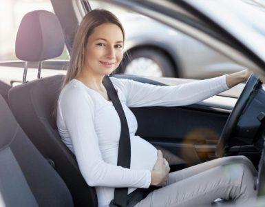 femme enceinte conduire une voiture en toute sécurité